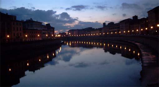 Vista noturna de Pisa